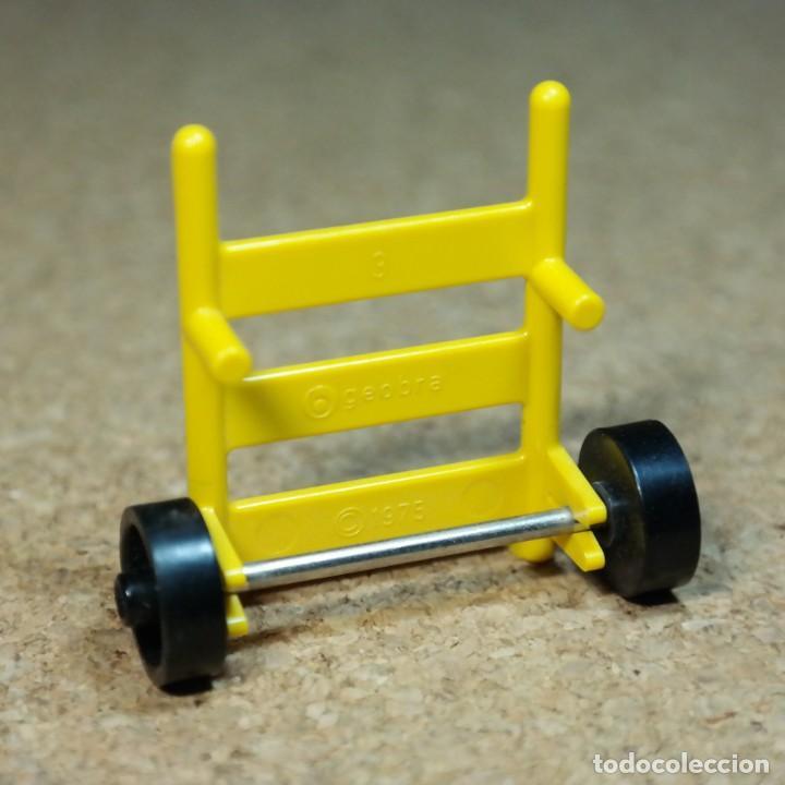 Playmobil: Playmobil carretilla de mano amarilla, primera época trabajador barrendero tren equipaje - Foto 2 - 195059326