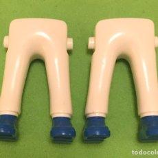 Playmobil: PLAYMIBIL LOTE 2 PIERNAS BLANCAS ZAPATILLA AZUL LD06. Lote 195501971