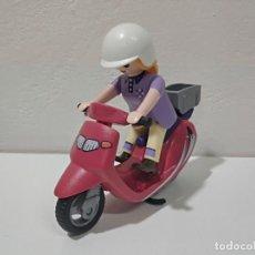 Playmobil: PLAYMOBIL FIGURA MUJER-MOTORISTA CON MOTO VESPA CITY.... Lote 207047225