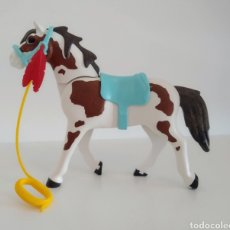 Playmobil: PLAYMOBIL WESTERN OESTE: CABALLO INDIO MANCHAS BLANCO MARRÓN. SILLA Y BOCADO CELESTE. PLUMA ROJA.. Lote 235307810