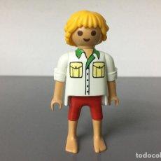 Playmobil: PLAYMOBIL FIGURA CHICO CIUDAD PIEL TOSTADA BERMUDAS PIES DESCALZO H6. Lote 241231945