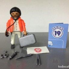 Playmobil: PLAYMOBIL SERIE 19 AZUL SOBRE SORPRESA DOCTOR CON MALETIN HOSPITAL. Lote 242205585