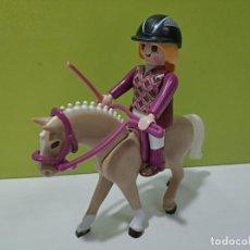 Playmobil: PLAYMOBIL FIGURA MUJER A CABALLO, VICTORIANO, CITY.... Lote 246225215