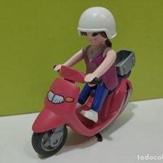 Playmobil: PLAYMOBIL FIGURA MUJER-MOTORISTA EN MOTO VESPA CITY.... Lote 246225815