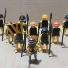 Playmobil: LOTE 10 MUÑECOS PLAYMOBIL BANDERA ARMA MEDIEVAL NEGRO Y AMARILLO ARMADURA. Lote 248740750