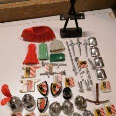 Playmobil: LOTE PLAYMOBIL FAMOBIL ANTIGUO MEDIEVAL ACCESORIOS, ARMAS, CASCOS, ESTANDARTES, ETC.... Lote 268972534
