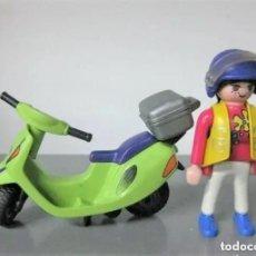 Playmobil: PLAYMOBIL MEDIEVAL FIGURA REF 3946 VESPA CHICA CON SCOOTER MOTO Y MALETIN. Lote 280327973