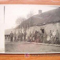 Postales: POSTAL DE GRUPO MILITAR EN UNA GRANJA FECHADA EN EL AÑO 1917. Lote 16870730
