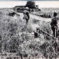 Postales: WHIPPET TANK IN ACTION. TROOPS DIGGING IN FRANCE. AÑO 1921. Lote 24838274