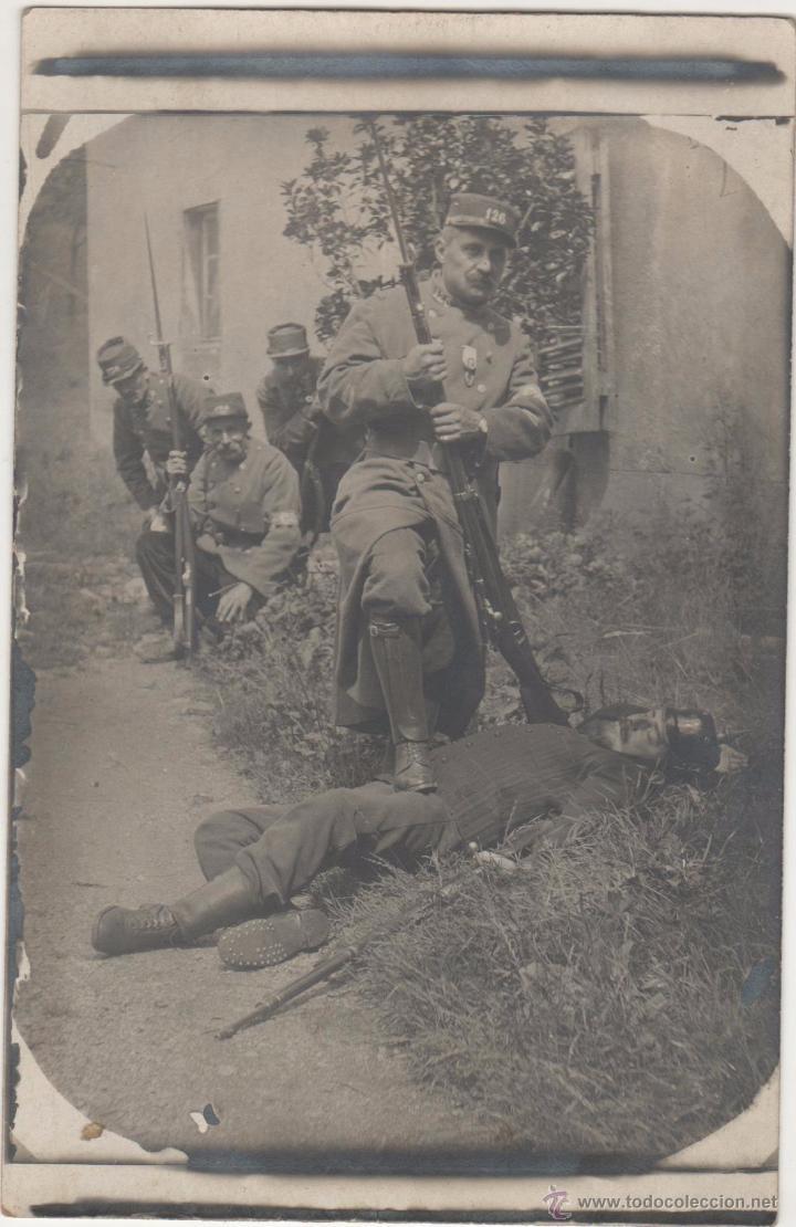 PORT-BOU. AGOSTO DE 1915.SOLDADOS FRANCESES POSAN CON ENEMIGO ALEMÁN ABATIDO (Postales - Postales Temáticas - I Guerra Mundial)