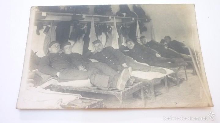 SOLDADOS PRISIONEROS EN BARRACÓN ALEMÁN. POSTAL I GUERRA MUNDIAL. FOTOGRÁFICA (Postales - Postales Temáticas - I Guerra Mundial)