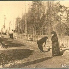 Postales: POSTAL VIUDAS MADRES BUSCANDO ENTRE LAS TUMBAS 1ª GUERRA MUNDIAL ED. JOUVENE N° 9 - 1916. Lote 67509409