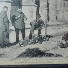 Postales: GUERRA DEL 1914 OFICIALES FRANCESES DEPOSITANDO FLORES SOBRE LA TUMBA DE SOLDADOS. Lote 73932931