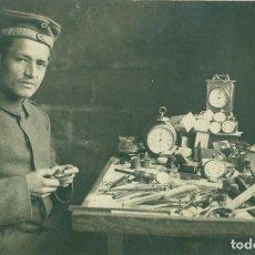 Postales: MILITAR ALEMÁN REPARANDO RELOJES. PRISIONERO DE GUERRA. HACIA 1916. FOTOGRÁFICA.MUY RARA.. Lote 115119647