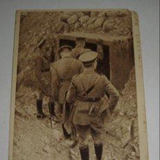 Postales: POSTAL DE LA 1ª GUERRA MUNDIAL. THE KING AT THE FRONT. FUERA DE LAS TRINCHERAS ALEMANAS CAPTURADAS.. Lote 140368930