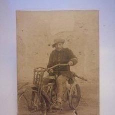 Postales: MILITAR SOBRE LA ESTRUCTURA DE UN TRICICLO DESVENCIJADO HARLEY DAVIDSON DE LA WWI CA. 1920. Lote 220509943
