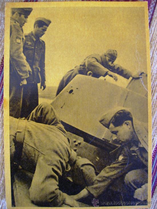 INSPECCION DE UN TANQUE SOVIETICO APRESADO (Postales - Postales Temáticas - II Guerra Mundial y División Azul)