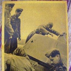 Postales: INSPECCION DE UN TANQUE SOVIETICO APRESADO. Lote 26318865