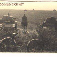 Postales: FOTO POSTAL DE MILITAR ALEMÁN Y CARROS PANZER. JULIO DE 1940. FRANCIA. .. Lote 1006048