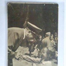 Postales: POSTAL MILITAR - ADOLF HITLER , ENTREGANDO PREMIOS Y RECIBIENDO LAS GRACIAS, ORIGINAL. Lote 31635100