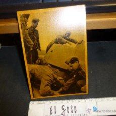 Postales: POSTAL DE LA DIVISION AZUL, INSPECCION DE TANQUE SOVIETICO APRESADO, SIN CIRCULAR. Lote 46425394