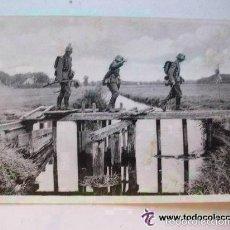 Postales: POSTAL EJERCITO ALEMANIA NAZI, II ª GUERRA MUNDIAL : SOLDADOS ALEMANES CRUZANDO UN PUENTE. CIRCULADA. Lote 58383224