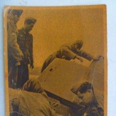 Postales: POSTAL DE LA DIVISION AZUL : INSPECCIONANDO UN TANQUE SOVIETICO APRESADO. Lote 62180496