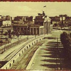 Postales: POSTAL DE BERLIN ANTIGUA LA PUERTA DE BRANDEBOURG VISTA DEL ANTIGUO REICHSTAG S/C. Lote 90713285