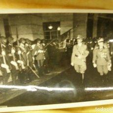 Postales: FOTOGRAFÍA DE HITLER PASANDO REVISTA A TROPAS. Lote 104083191