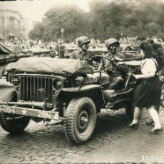 Postales: LIBERACIÓN DE PARÍS-AÑO-1944-PARISINAS Y TROPAS AMERICANAS--FOTOGRÁFICA RARA. Lote 114706319