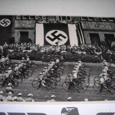 Postales: POSTALILLA DEL TERCER REICH (17 CMS X 12 CMS). DESFILE DE CAMISAS PARDAS ANTE EL LIDER ALEMÁN(1933). Lote 204729035