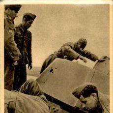 Postales: ORIGINAL - DIVISION AZUL - INSPECCIÓN DE UN TANQUE SOVIETICO APRESADO LA CRUZADA CONTRA BOLCHEVISMO. Lote 242361240