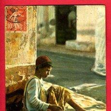 Postales: TANGER, MARRUECOS, SCENES ET TYPES, LA REPARETION DU BOURNOUS, P47593. Lote 25394961