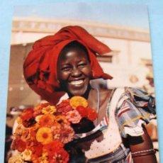 Postales: POSTAL. ÁFRICA SUBSAHARIANA. AÑOS 60 - 70. ESCENA VIVA. MUJER AFRICANA VENDEDORA FLORES. 721. . Lote 31406206