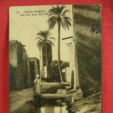 Postales: VIEUX BISKRA UNE RUE DANS BAB DARB NEURDEIN ARGELIA CIRCULADA PPIOS SXX. Lote 36274244