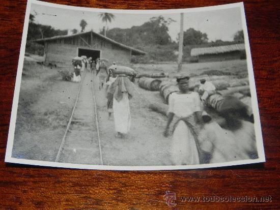 ANTIGUA FOTOGRAFIA DE GUINEA ECUATORIAL, COLONIA ESPAÑOLA, TRABAJADORES TRANSPORTANDO SACOS, MIDE 1 (Postales - Postales Extranjero - África)