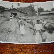 Postales: ANTIGUA FOTOGRAFIA DE GUINEA ECUATORIAL, COLONIA ESPAÑOLA, TRABAJADORES TRANSPORTANDO SACOS, MIDE 1. Lote 37439775