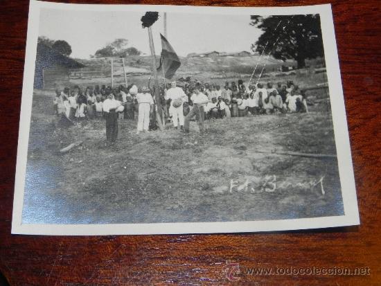 ANTIGUA FOTOGRAFIA DE GUINEA ECUATORIAL, COLONIA ESPAÑOLA, IZADA DE LA BANDERA ESPAÑOLA, FOTO BERNA (Postales - Postales Extranjero - África)
