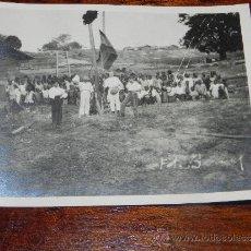 Postales: ANTIGUA FOTOGRAFIA DE GUINEA ECUATORIAL, COLONIA ESPAÑOLA, IZADA DE LA BANDERA ESPAÑOLA, FOTO BERNA. Lote 37439824