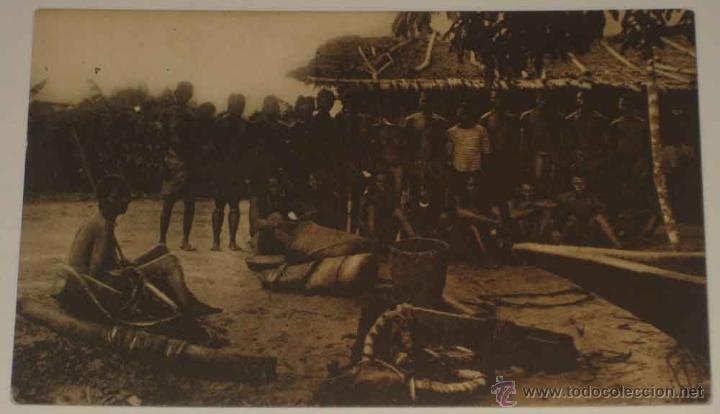 ANTIGUA POSTAL DE GUINEA CONTINENTAL - INDIGENAS DE UN POBLADO BALENGUE - ED. PUBLICACIONES PATRIOTI (Postales - Postales Extranjero - África)