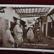 Postales: ANTIGUA FOTO POSTAL DE TETUAN. MARRUECOS. CALLE DEL BARRIO MORO. ESCRITA. Lote 43236249