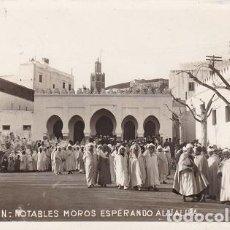Postales: TETUAN. 81- NOITABLES MOROS ESPERANDO AL JALIFA, ESCRITA (103). Lote 101687403