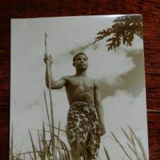 Postales: FOTO POSTAL DE GUINEA ECUATORIAL, INDIGENA CON ARPON, SIN CIRCULAR. Lote 126615331