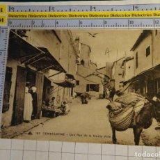 Postales: POSTAL DE ARGELIA. AÑOS 10 30. CONSTANTINE RUE DE LA VIEILLE VILLE ESCENA VIVA TIPISMO. ÉTNICA. 1663. Lote 140051250