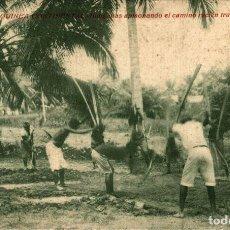 Postales: GUINEA CONTINENTAL. INDIGENAS APISONANDO EL CAMINO RECIEN TRAZADO. Lote 182920106