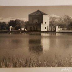 Postales: ESTANQUE EN MARRAKECH CON VISTAS AL ATLAS MARRUECOS POSTAL FOTOGRAFICA ORIGINAL . Lote 183655688