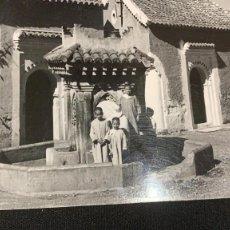 Postales: ANTIGUA FOTOGRAFÍA PUERTA DEL ZOCO XAUEN MARRUECOS NIÑOS FOTO GARCÍA CORTÉS PPIO S XX . Lote 197337431