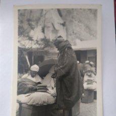 Postales: POSTAL FOTOGRÁFICA LOTY TETUÁN 86 UN MONTAÑÉS MORO COMPRANDO PAN.. SIN CIRCULAR.. Lote 205405341