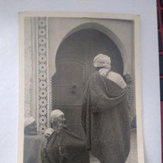 Postales: POSTAL FOTOGRÁFICA LOTY TETUAN160 TIPOS MORUNOS EN LA PUERTA DE UNA MEZQUITA SIN CIRCULAR.. Lote 205405521