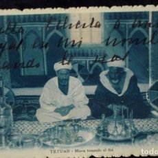 Postales: TETUAN, MARRUECOS. MOROS TOMANDO EL THÉ. CIRCULADA 1922 SIN SELLO.. Lote 211984072